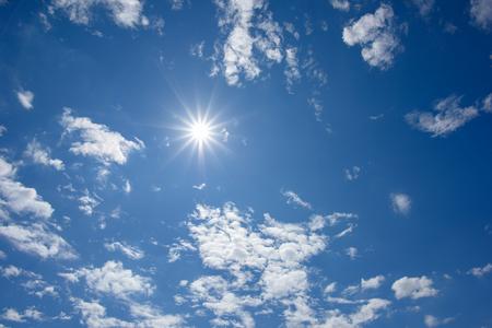 Blauer Himmel mit Wolken und Sonne Reflexion. Nachschlagen Ansicht