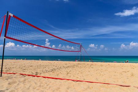 Volleyballnetz am tropischen Strand Standard-Bild