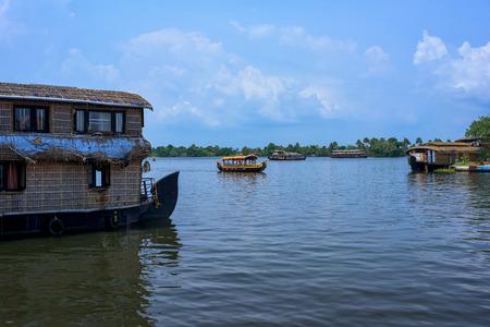 Vista sul fiume e tradizionale barca casa nelle lagune del Kerala, India.