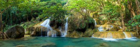 Panorámica hermosa cascada de bosque profundo en Tailandia
