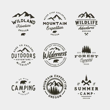 ensemble de logos vintage de désert. emblèmes d'aventure en plein air de style rétro dessinés à la main. illustration vectorielle