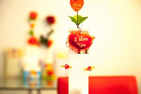 bebes lindos: Amor árbol sobre la mesa en romántico Foto de archivo