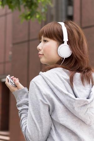 헤드폰에서 젊은 여자. 아시아 여자.
