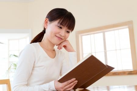 mujer leyendo libro: Hermosa mujer asi�tica leyendo un libro