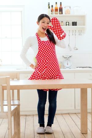 台所で美しいエプロン女性