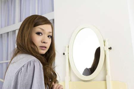 아름다운 아시아 여자 방에서 편안한 스톡 콘텐츠