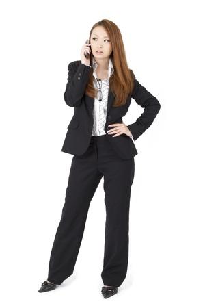 휴대 phoen를 사용하여 아름다운 아시아 비즈니스 여자
