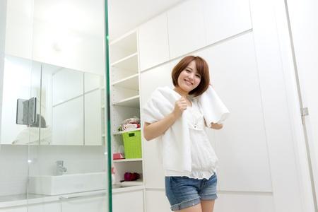 浴室の美しい若い女性