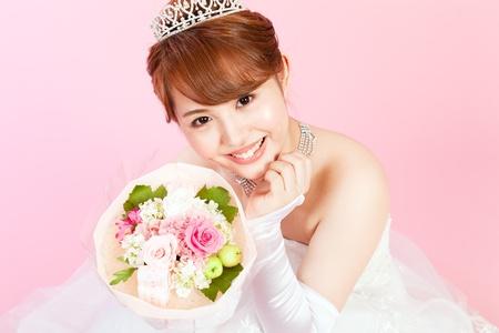 美しいアジアの女性の花嫁として服を着て