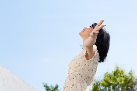 푸른 하늘 위로 야외에서 아름 다운 젊은 여자