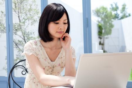internet cafe: Hermosa mujer joven con un ordenador port�til