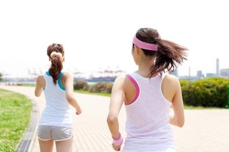 Schöne junge Frauen laufen im Park Portrait der asiatischen