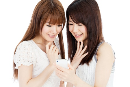 korean fashion: Hermosas mujeres j�venes que usan un tel�fono m�vil