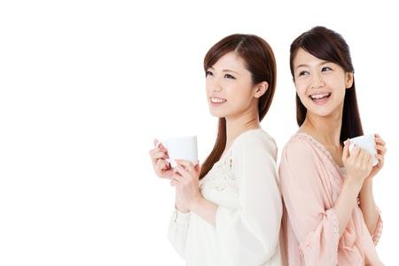 mujer tomando cafe: Hermosas mujeres jóvenes el consumo de café