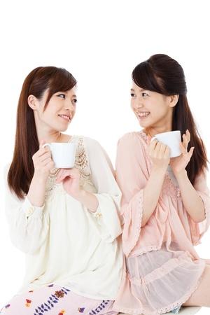 コーヒーを飲みながら美しい若い女性