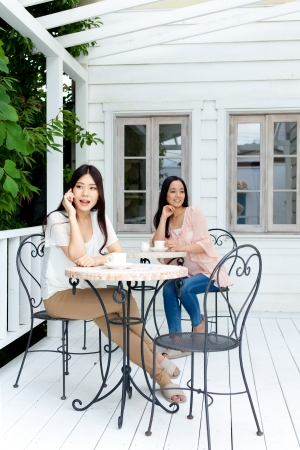 美しい若いビジネス女性がお茶を飲む