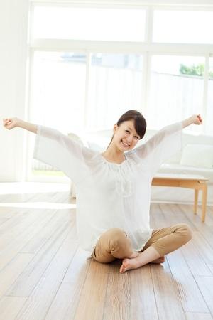 Schöne junge Frau Entspannung im Raum Portrait der asiatischen Standard-Bild - 20362570