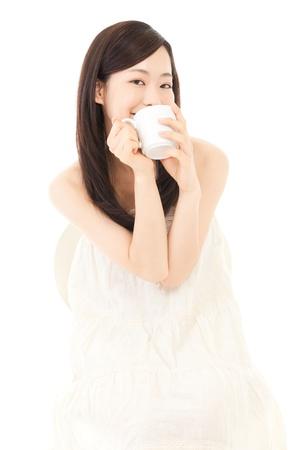 アジアのコーヒー肖像画を飲む若い美人