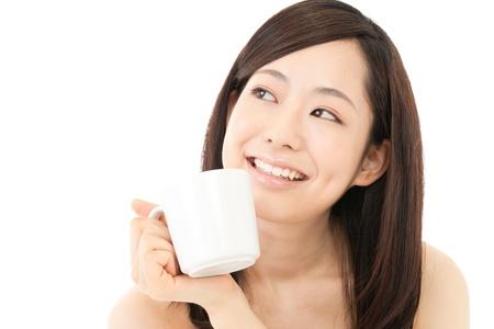 mujer tomando cafe: Joven y bella mujer de tomar caf� Retrato de Asia