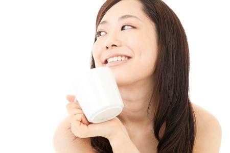 donna che beve il caff�: Bella giovane donna che beve il caff� Ritratto di asiatica Archivio Fotografico