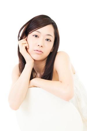 美しい若い女性は白の背景にリラックス 写真素材