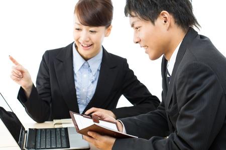 laptop asian: Asi�tico joven de negocios sonriente mujer y hombre de negocios