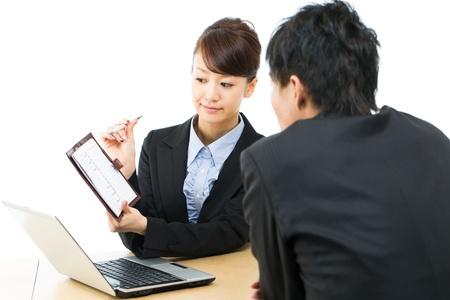 negotiation: Joven empresaria asi�tica y hombre de negocios sonriendo