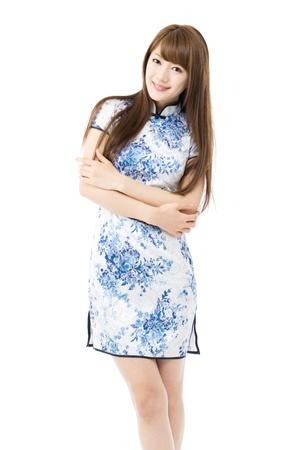 白い背景の上の伝統的な中国の衣類で美しいアジアの女性