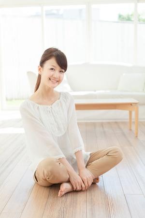 Schöne junge Frau Entspannung im Raum Standard-Bild - 16569583
