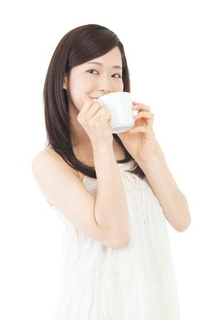 mujer tomando cafe: Hermosa mujer asiática bebiendo café sobre fondo blanco