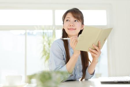 Schöne asiatische Geschäftsfrau mit einem Laptop-Computer Standard-Bild - 16796881