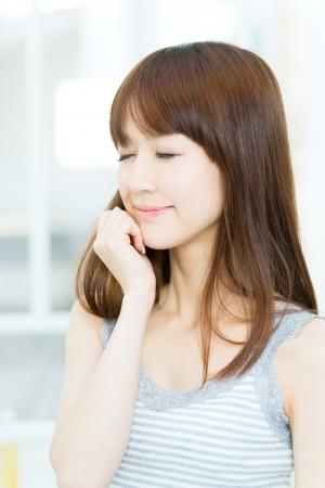 Hermosa mujer asiática relajante en la habitación Foto de archivo - 17244003