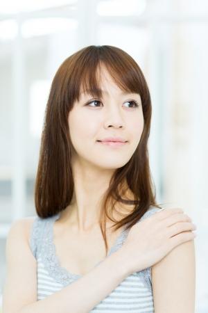 Hermosa mujer asiática relajante en la habitación Foto de archivo - 17243990