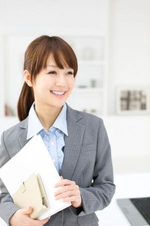 オフィスで働く美しいアジア女性実業家