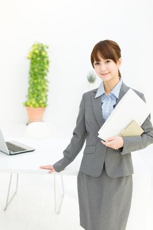 Schöne junge Geschäftsfrau im Büro arbeiten Standard-Bild - 17273228