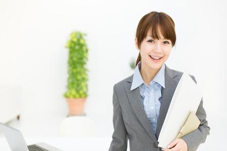 Schöne junge Geschäftsfrau im Büro arbeiten Standard-Bild - 17273135