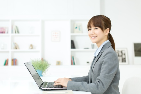 Schöne junge Geschäftsfrau im Büro arbeiten Standard-Bild - 17273183