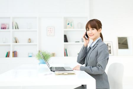 Schöne junge Geschäftsfrau im Büro arbeiten Standard-Bild - 17273188