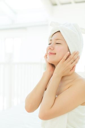 Schöne asiatische Frau Entspannung im Raum Standard-Bild - 17362563