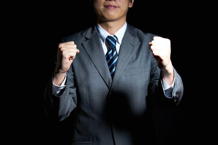 Bello l'uomo in giacca e cravatta è felice con successo