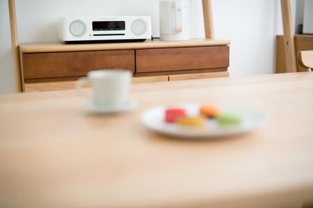 equipo de sonido: estéreo de pequeño tamaño en la sala de estar Foto de archivo