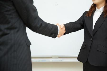 Deux hommes d'affaires se serrant la main Banque d'images