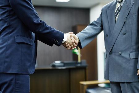 手を振って 2 つのビジネスマン