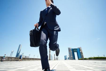trabajando duro: hombre de negocios que salta en la carretera