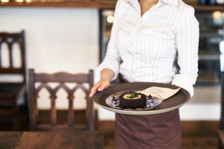 Nahaufnahme schoss von einem Roll-Kuchen im Café Standard-Bild