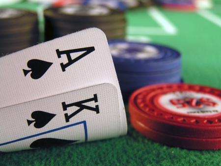 大きなスリック タイヤ、エース、手、チップで始まるホールド em ポーカーとしてスペードのキング 写真素材