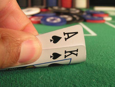 geschniegelt: Big Slick, Ass und K�nig der Spaten als Holdem-Poker-Hand ab.