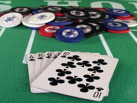 jack pot: Escalera Real de los clubes en una mano de p�quer en una mesa verde sent�a.