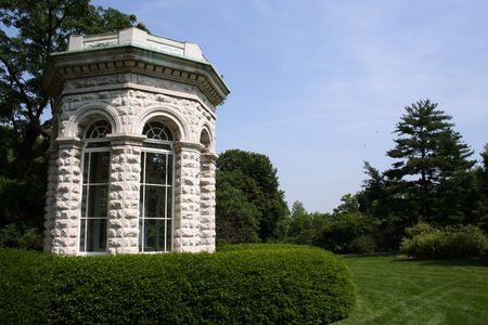 緑の芝生の石碑