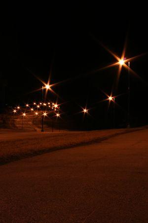 Winding Nuit A La Rue Bordee De Lampadaires Starburst Banque D
